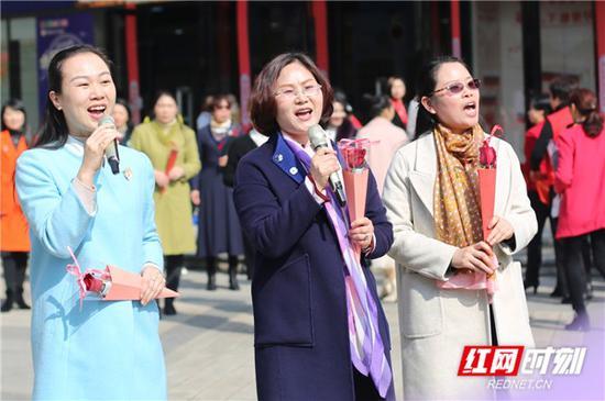 《妈妈的吻》演唱者们手上拿着一支玫瑰徐徐地向广场中央迈进。