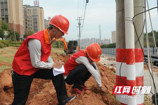 电力员工在查看电缆线路
