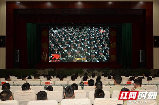 驻湘某部官兵正在收看阅兵式电视直播