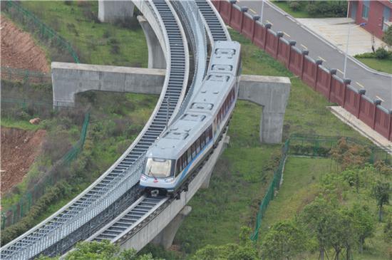 弯道行驶中的长沙磁浮快线列车(2017年5月4日摄)。新华社记者 龙弘涛 摄