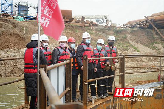 2月10日,湖南路桥集团党委书记、董事长杨宏伟在平益高速16标督导工作落实。