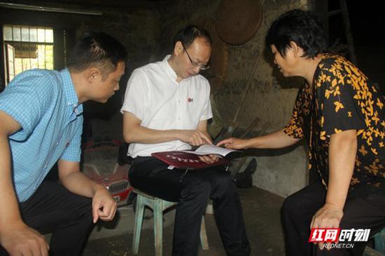 深入居民家中开展廉情访谈活动。