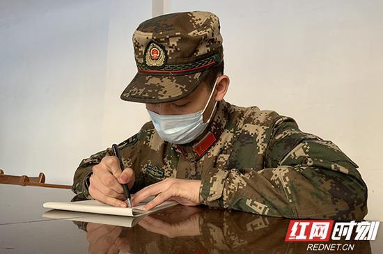 武警岳阳支队官兵正在写信。