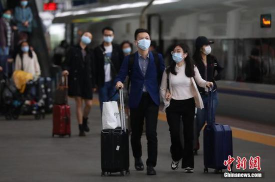 资料图:5月5日,南京火车站的旅客。中新社记者 泱波 摄