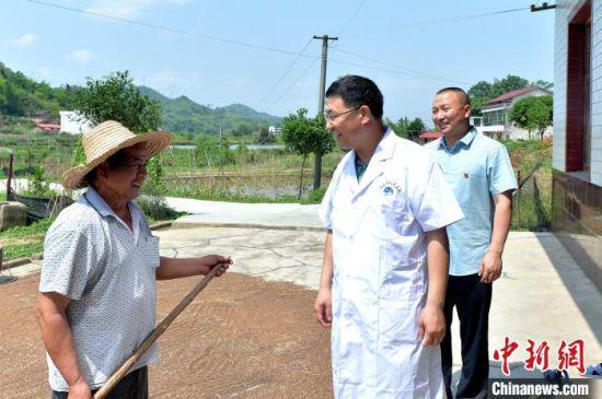 涟源市人民医院驻村帮扶队上门为贫困户颜新龙健康体检。 刘新山 摄