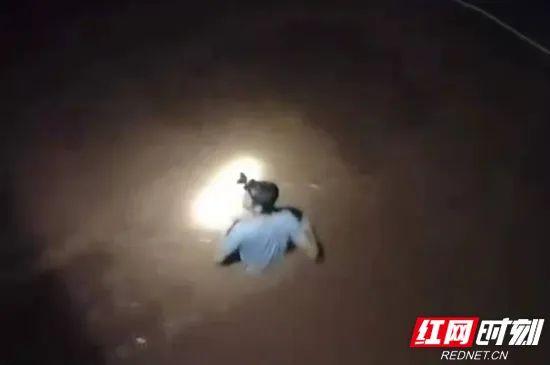 ▲桑植县廖家村镇二户田村文书跳入没腰洪水中。
