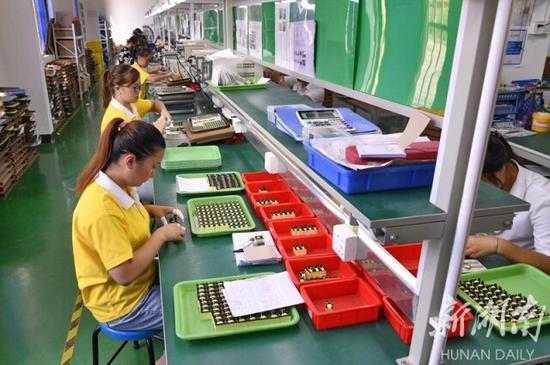 (7月30日,沅陵县太安社区,居民在家门口的扶贫生产车间工作。湖南日报·新湖南客户端记者 童迪 摄)