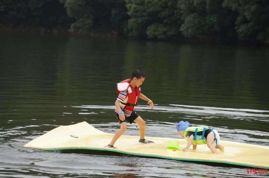 玩水是罗汉小朋友的夏日必备项目