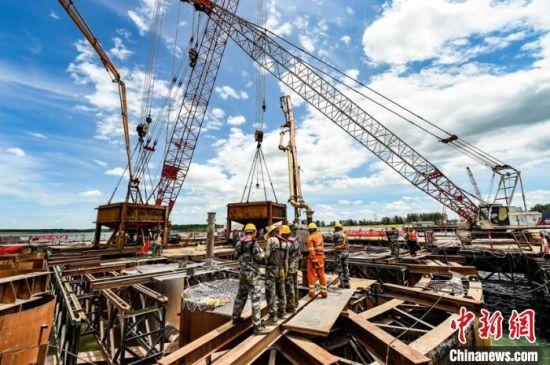 常益长铁路跨沅江斜拉桥建设现场。常益长项目经理部供图