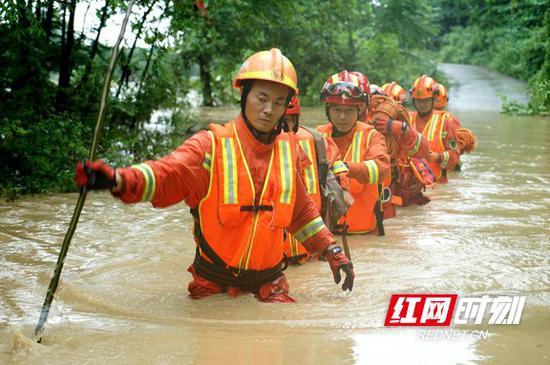 今年,湖南消防出动指战员56256人次,参加省内外抗洪抢险累计315起,营救疏散被困人员2917人。
