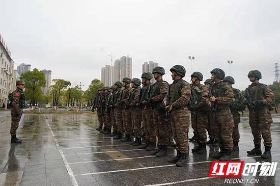 接到命令即将出发的武警官兵。