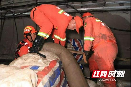 截至28日18时,沙门地铁站隧道排水量达到2.6万立方米