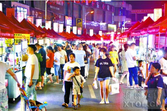 建设路口的莲城夜市人来人往,十分热闹。(记者 罗韬 摄)