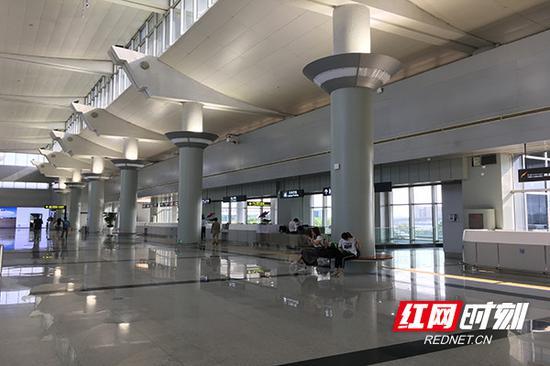改造后的立柱,在原有铝塑板的基础上进行清洗和冰灰色的喷漆,完成后的效果反而更具格调。