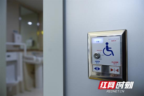从关爱特殊旅客的角度出发,T1航站楼针对残障旅客设立了无障碍厕所。