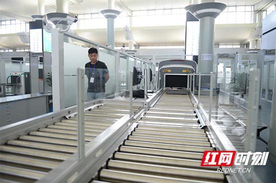 安检通道设计上,在国内率先使用了最先进的全智能CT机安检通道,实现旅客自助安检全流程自动化操作,安检效率是普通安检通道的2倍。