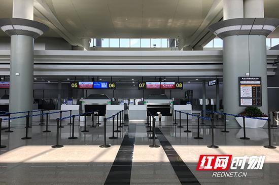 T1航站楼采用最新的安检仪,能够三面扫描行李内的物品,行李怎么放置都可以进行检测。