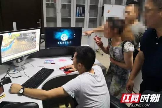 民警带着家长、老师看监控。