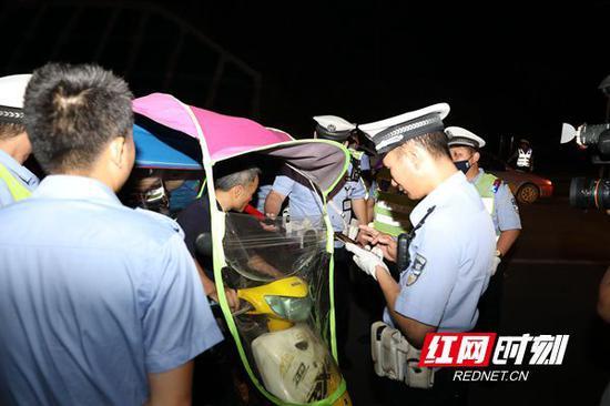 湖南公安交警开展周末酒驾醉驾集中夜查行动。