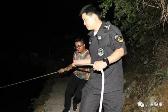 特警大队民警利用拉网对水塘进行搜索