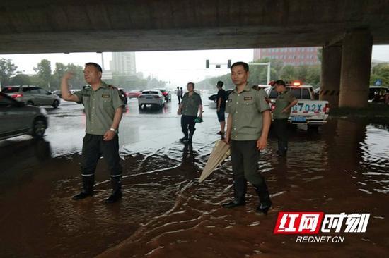 在应急现场,高新区城管队员们排积水、疏交通,尽最大努力减少暴雨造成的损失。