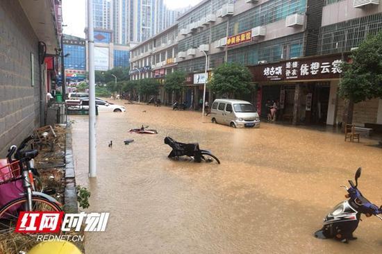湖南涉外经济学院南丰港一条街被水淹没。