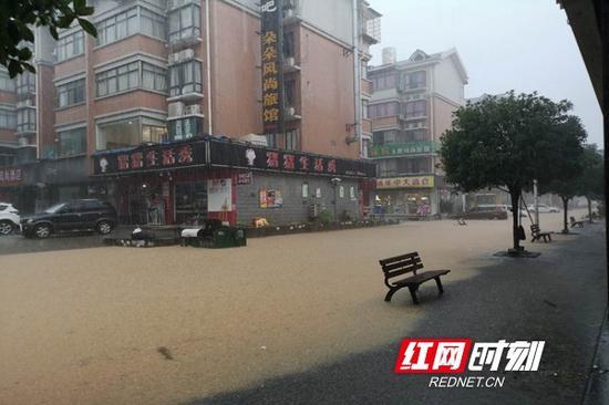 道路已经全部被水淹没。