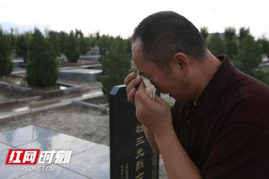 来到亲人的墓碑前,杜三元烈士的亲人潸然泪下。吕伊晗/摄