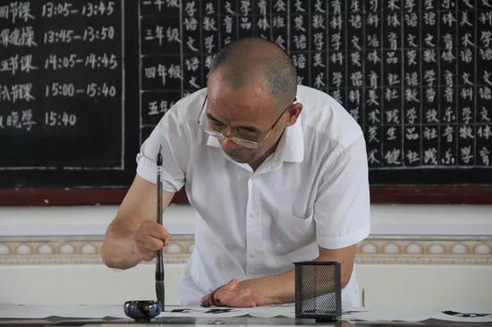多年来,他阅读了900万字的书籍,做了300万字的卡片,写了20万字的教学总结。