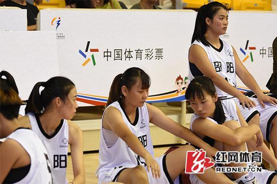 邵阳女篮姑娘们场边助阵。