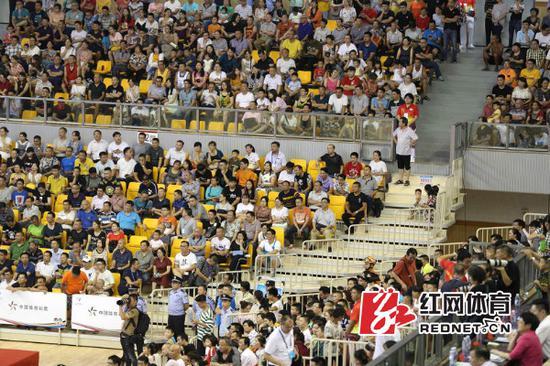 现场观众热情为球队加油。