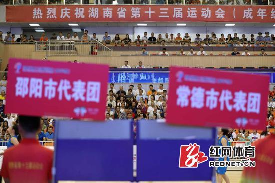 开赛仪式后邵阳女队率先对阵常德女队。本文摄影/陈杰