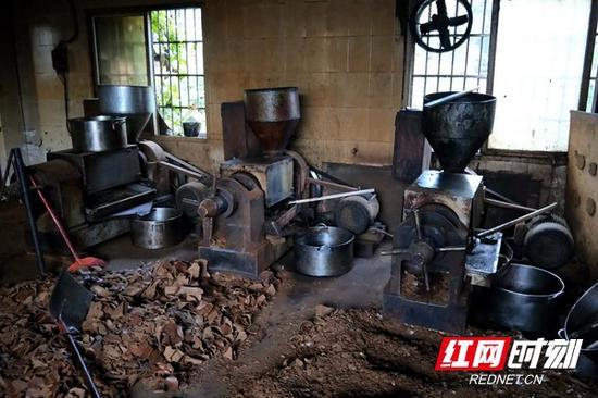 小作坊生产设备上满是灰尘和油垢。