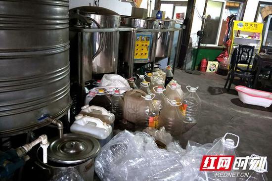 小作坊油品储藏区杂乱不堪气味难闻。