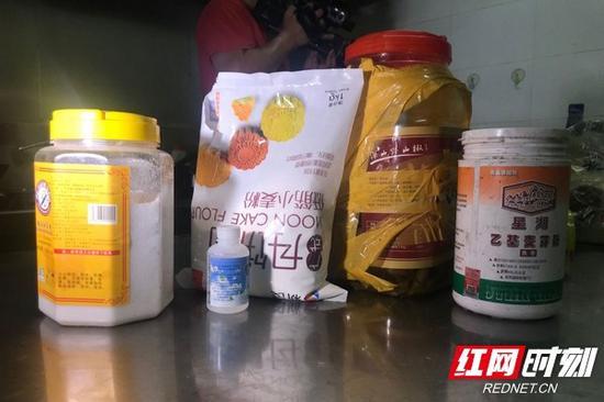 执法人员在厨房内检查出无生产厂商及过期的食品添加剂。