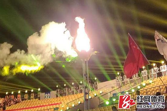 湖南省第十三届运动会圣火点燃。