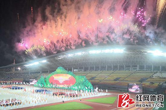 湖南省第十三届运动会在衡阳体育中心开幕。