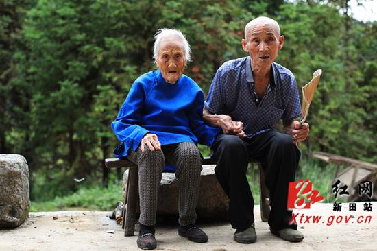 百岁夫妻。