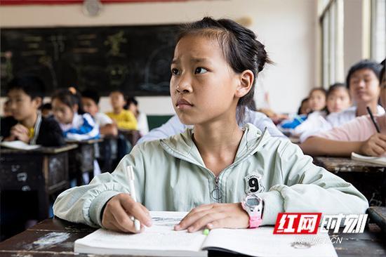 在这所山区中学里,有80%的是留守儿童。
