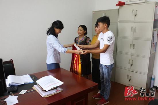 杨芬怜的家人送上感谢锦旗。