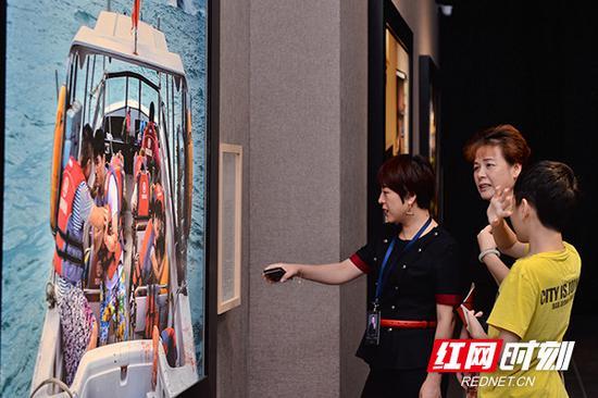 不少观众驻足在巨幅照片前,被眼前的一幕所震撼。