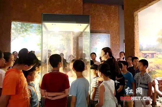 小朋友们正在湘潭市博物馆参观。(资料图)