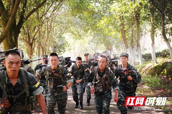 队员们背负超过25公斤装备各项反恐作战科目。