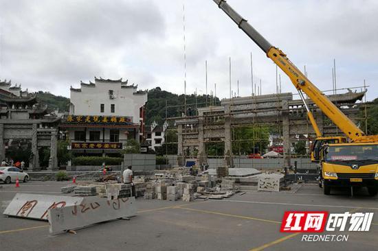 9月21日,凤凰民俗园的标志性景观——凤凰广场牌坊正式开始拆除。这里将建成景区最大规模的停车场,以服务自驾游客户为主,多达2000余个车位。