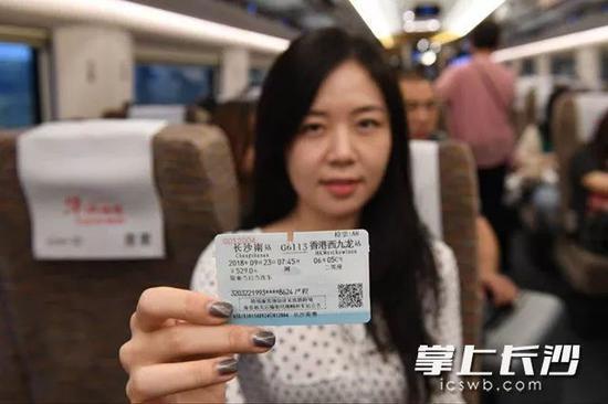 第一波乘高铁去香港的乘客手持车票拍照