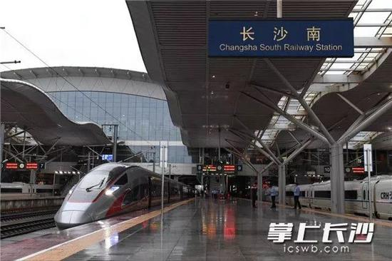 长沙到香港首趟高铁今早从长沙南驶出。