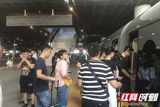 23日11时08分,高铁到达深圳北。