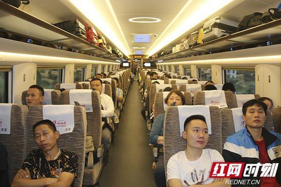 首班高铁上座率挺高。