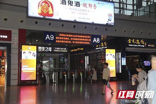 电子屏幕上出现提示语:必须凭蓝色磁介质车票进站。