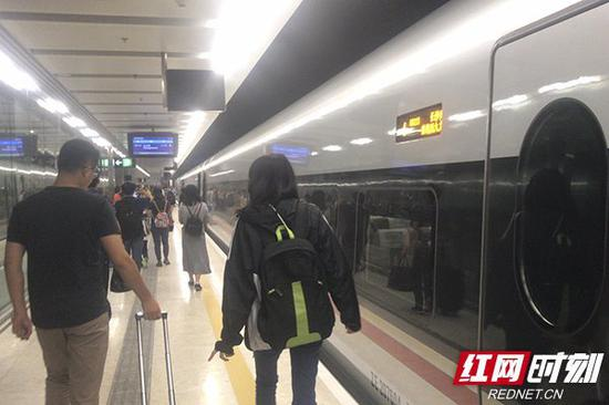 长沙直达香港的首班高铁到达西九龙。